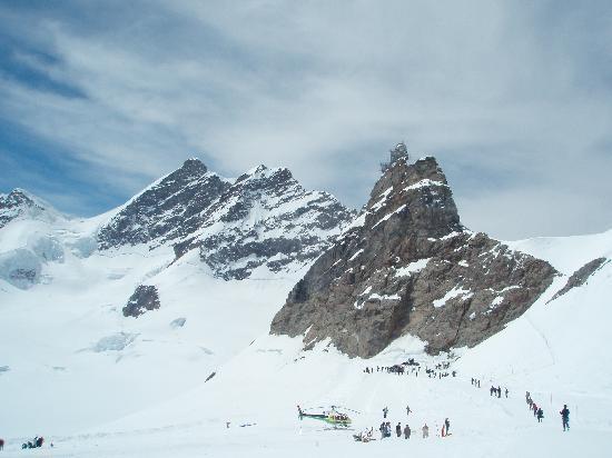 Wyżyna Berneńska, Szwajcaria: スフィンクス展望台(手前の山の上の建物)とユングフラウ(奥の山)