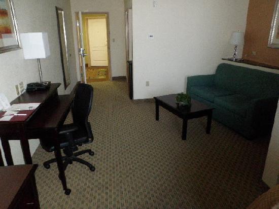 Rodeway Inn & Suites: Living Area