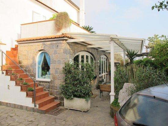Villa Maresca: Veranda della colazione e scala per la terrazza
