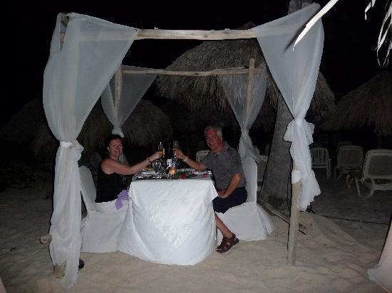 Majestic Elegance Punta Cana : Notre souper romantique à la plage. Nous avions la meilleure table !