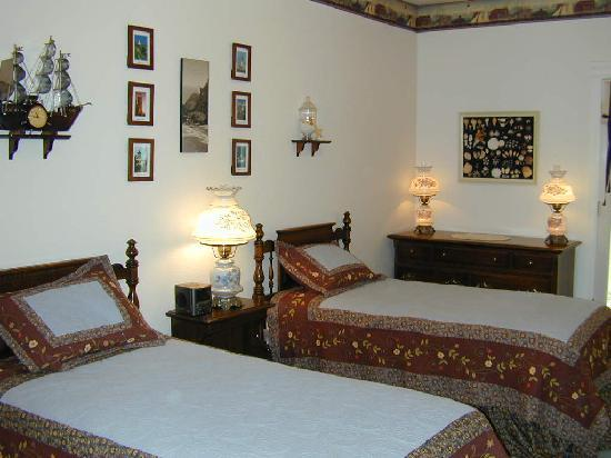 Cornerstone Bed & Breakfast: Coastal Room can be twins or king bed