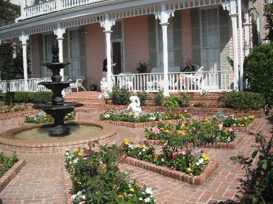 Riverside Bed and Breakfast: Riverside patio overlooking Mississippi