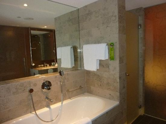 Hilton The Hague: Generous bath and separate shower