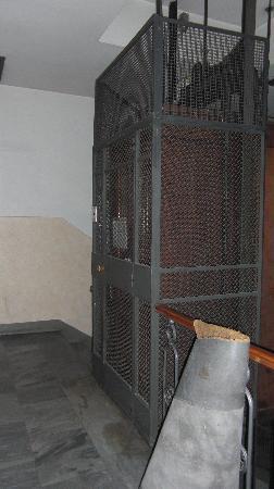 Aurora Hotel: elevator