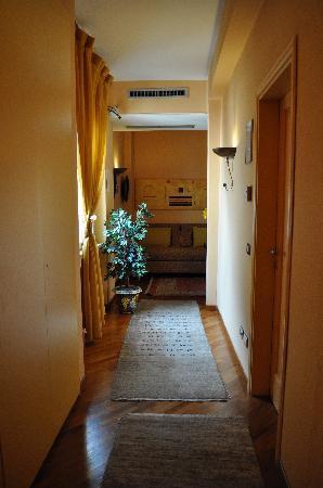 Aurora Hotel: hallway in annex