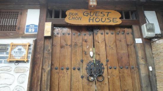 Bukchon Guest House: gate