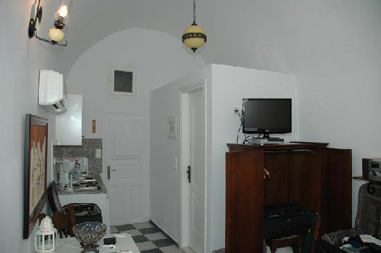 Filotera Suites: Small Cave House (w/ door & window closed)