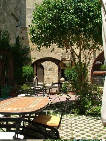 Avalon Boutique Suites Hotel: The beautiful courtyard