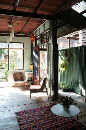 BaanNum Guesthouse: living room