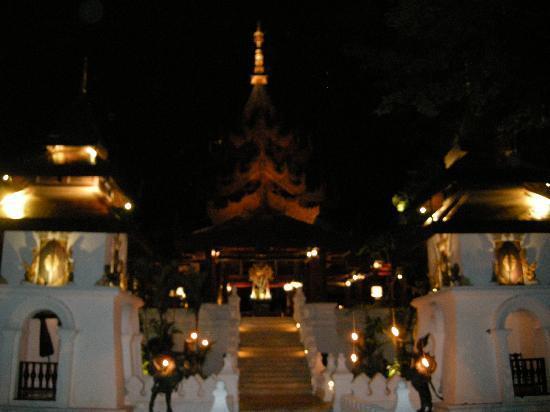 The Dhara Dhevi Chiang Mai: Haupthaus bei Nacht