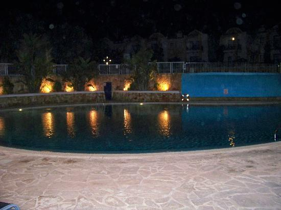 Aparthotel Paradise Club & Spa : Night time view of pool