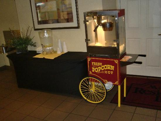 Residence Inn Fort Lauderdale Plantation : evening popcorn in lobby