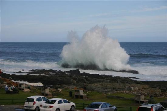 Storms River, Zuid-Afrika: Waves break in front of the chalet