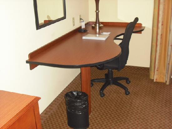 Hampton Inn & Suites Warren : Desk/Work area