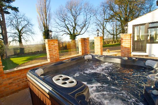 Old Guadaloupe Farm House & Cottage: Your relaxing private hot tub