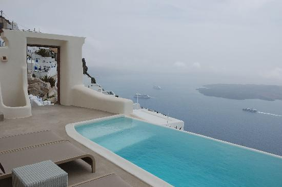Kapari Natural Resort: swimming pool and gates to road leading to Thira