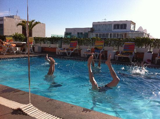 Golden Tulip Ipanema Plaza: handstand contest in the rooftop pool!