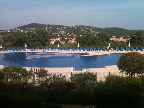 """Les Issambres, Francja: vue de la piscine depuis la terrasse de l'appartement (bâtiment """"mas des pins"""")"""
