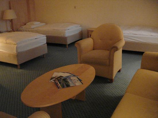Maritim Hotel Munchen : Betten und Möbelgarnitur