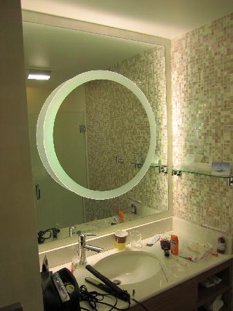 SpringHill Suites Detroit Metro Airport Romulus : The coolest looking bathroom - EVER!