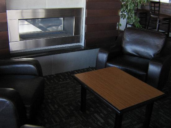 BEST WESTERN PLUS City Centre Inn: Runway 29 Lounge.