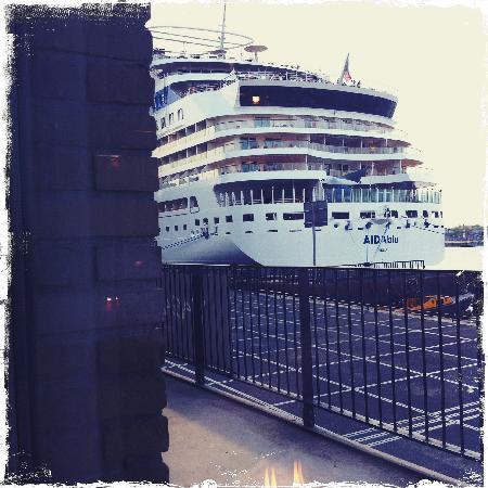 Magazzino: gigantisch cruiseschip aan je raam