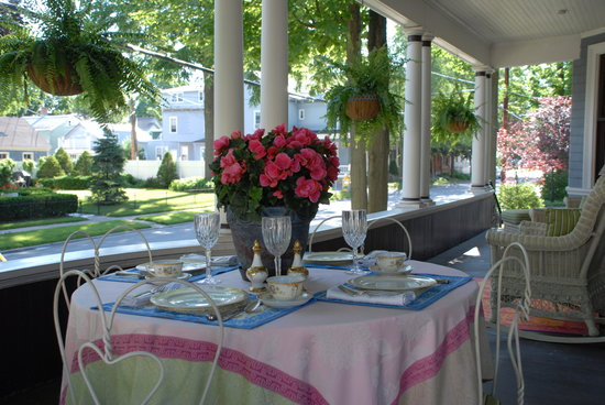 Circular Manor Bed and Breakfast: Gourmet breakfast on the front porch