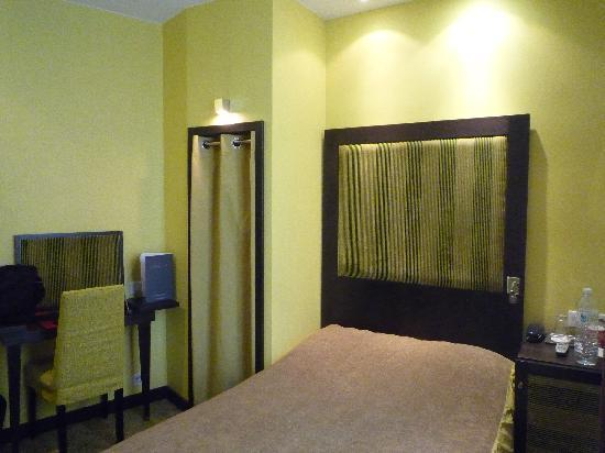 Hotel Courcelles Etoile : Single room. Small but fine.