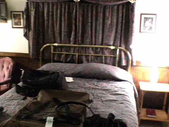 Sequim West Inn & RV Park: bed