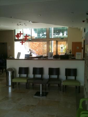 Alto da Colina Aparthotel: block 2 reception
