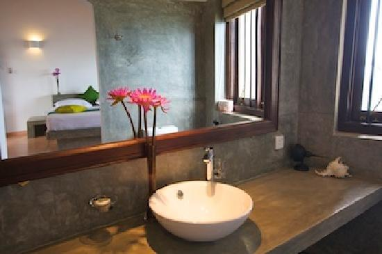 Kingfisher Hotel: Modern and open bathroom