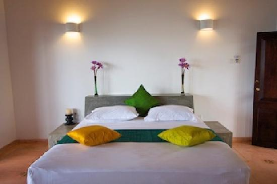 Kingfisher Hotel: bed with flowers