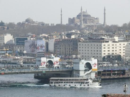 Istanbul Golden City Hotel: A view of the Galata Bridge from the 10th floor.
