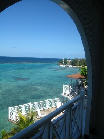 Hibiscus Lodge Hotel: room balcony view, looking east
