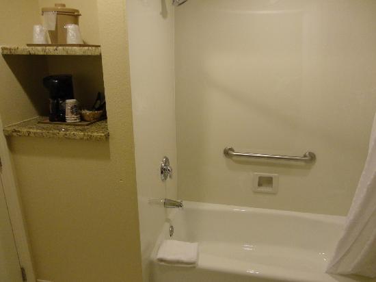Comfort Inn Monterey by the Sea: La cafetière dans la salle de bain ; original !