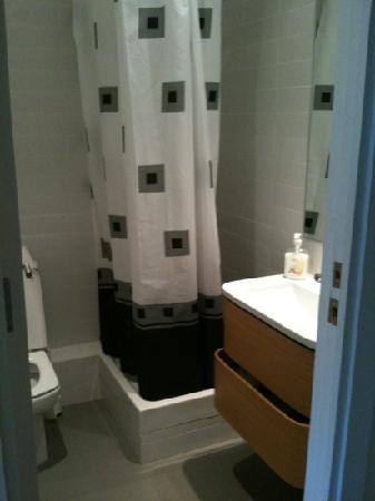 Barcelona Rooms: shower room