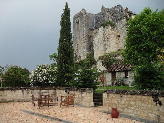 Auberge de Crissay : La terrasse des chambres et suite avec vue sur le château