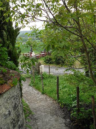 Auberge de Crissay : Le chemin qui mène aux chambres et suite