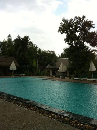Luang Prabang Paradise Resort: the beautiful swimming pool under the rain!
