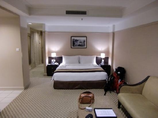 Pacific Regency Hotel Suites : bedroom
