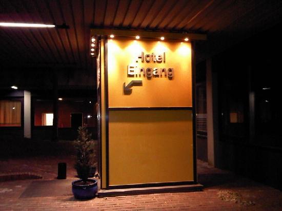 GHOTEL hotel & living: Der Hoteleingang mit Aufzug