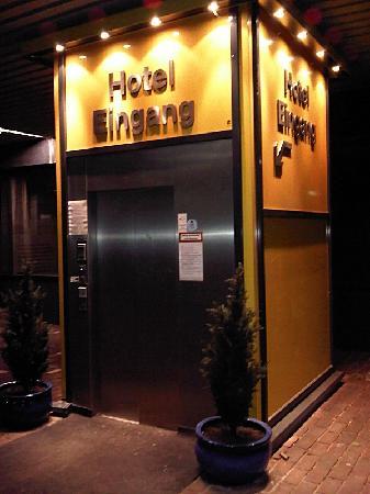 GHOTEL hotel & living : Der Hoteleingang mit Aufzug (frontal)