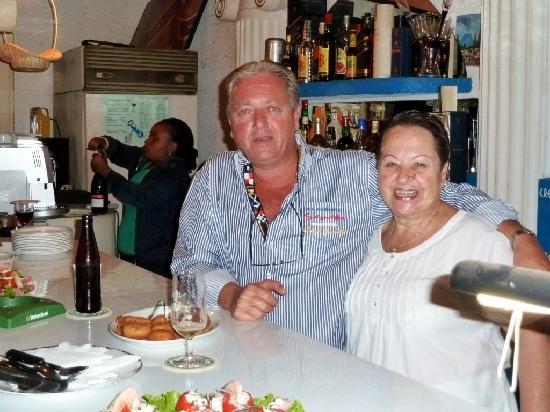 Hotel Restaurant Hellenique Appartements: Le Directeur General avec son Chef de Cuisine Mme Vaya