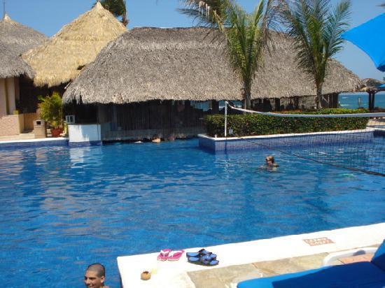 Barcelo Huatulco Beach Resort: Huatulco Barcelo Swim up Bar