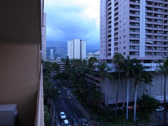 Ohana Waikiki Malia: ラナイから西側を見る
