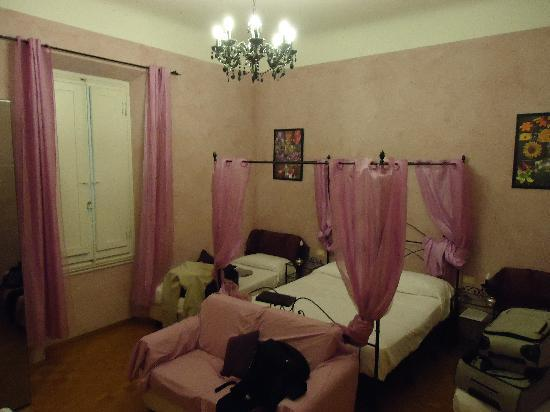 Relais Firenze Stibbert: Pic of the Jr Suite (Just ignore our stuff ;-)