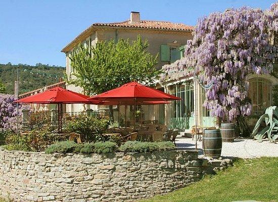 Lauret, France: L'Auberge du Cèdre, les terrasses et le parc