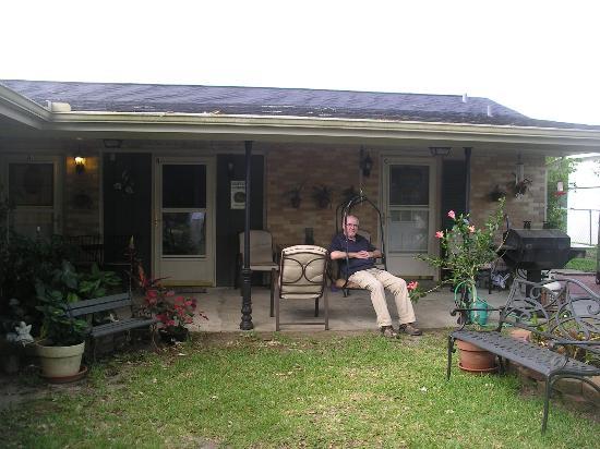 Naquin's Bed & Breakfast: Relaxing in the garden