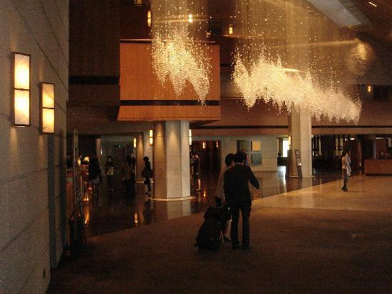 The Shilla Seoul: Lobby -Wow, what a chandelier!