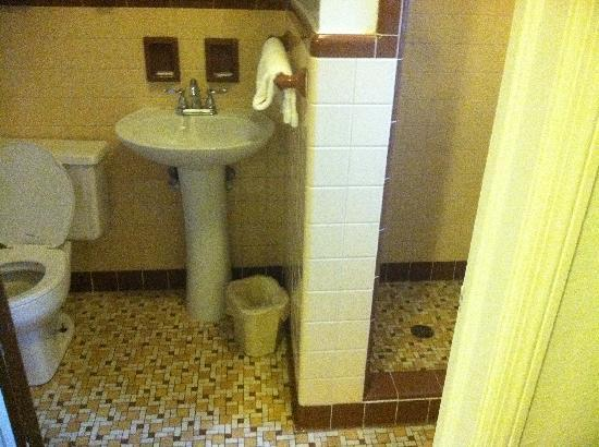 The Golden Inn: Bathroom